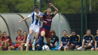 Nahikari y Alexia Putellas pugna por el balón en el partido que enfrentó al FC Barcelona y a la Real Sociedad.