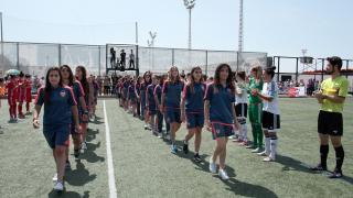 Las jugadoras del VCF Femenino y el F. Albacete homenajean al filial valencianista y al Cadete Infantil B por ganar sus respectivas ligas.