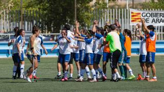 Las jugadoras del T. Alcaine ZGZ celebran el empate logrado ante el At. Madrid Femenino.