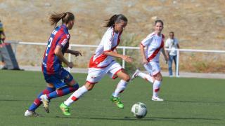 Un lance del partido entre el Rayo y el Levante Femenino.