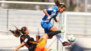 Anair Lomba, del Espanyol, intenta zafarse de Nicart, del VCF Femenino.