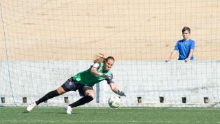 Thais intenta atajar el balón en el partido que enfrentó al Sporting Huelva y el Athletic.