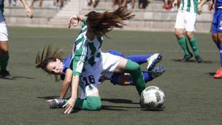 Un momento del empate entre el UD Tacuense y el R. Betis Féminas.