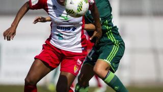 Vania Martins intenta zafarse de una rival del Betis.