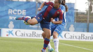 Charlyn intenta golpear el balón en el Espanyol - Levante Femenino.