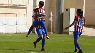 Esther y Soni celebran ante Meseguer uno de los goles del F. Albacete - At. Madrid Femenino.