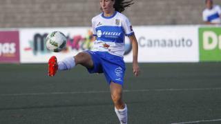 Paloma Lázaro, del Granadilla Egatesa, intenta controlar el balón.
