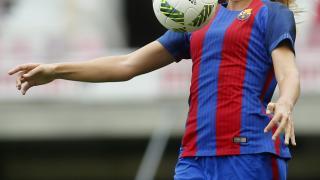 Alexia Putellas controla el balón.
