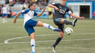 Un lance del partido entre el Zaragoza CFF y la Real Sociedad.