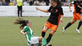 Un lance del partido entre el R. Betis Féminas y el VCF Femenino.