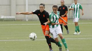 Claudia Zornoza y Rosita disputan por el balón en el R. Betis Féminas - VCF Femenino.