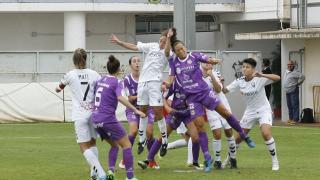 Las jugadoras del F. Albacete y el Granadilla Egatesa pugnan por el balón.