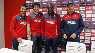 La plantilla del Granada firmando sus votos para los mejores de la temporada pasada.