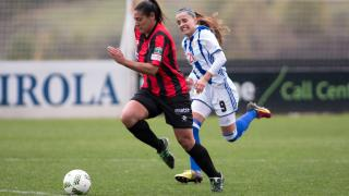 Cristina Martín-Prieto se lleva el balón.