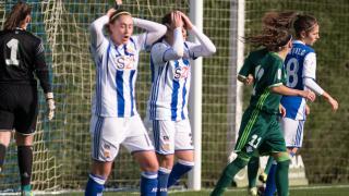 Las futbolistas de la Real Sociedad se lamentan de una ocasión de gol fallida.
