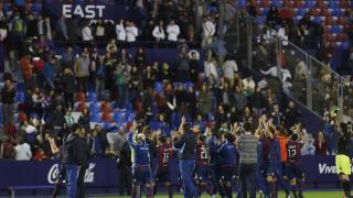 Las futbolistas del Levante agradecen a la afición su apoyo al término del partido.