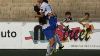 Paloma Lázaro y Virgy, la autora del gol, celebran el tanto del empate del Granadilla.