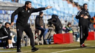 Cristian Toro, entrenador del Valencia, y Alberto Berna, técnico del Zaragoza, durante el partido.
