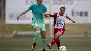 Olga García intenta llevarse la pelota.