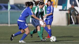 Laura se lleva el balón ante una rival.