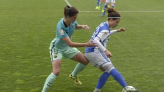 Manu Lareo protege el balón ante Marta Torrejón.