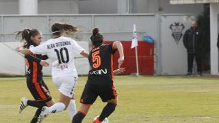 Alba Redondo intenta llevarse la pelota entre dos defensas.