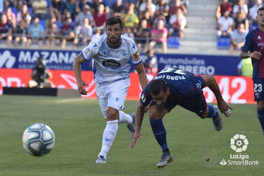 Borja Valle observa cómo el balón se va fuera del campo (Foto: LaLiga).