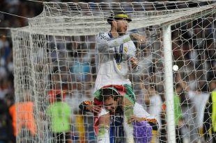 Sergio Ramos cortó la red de la portería del Estadio Da Luz donde marcó el gol del empate