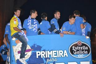 El autobús descapotable del Deportivo llevó a los jugadores con el mensaje 'Primera para Siempre'