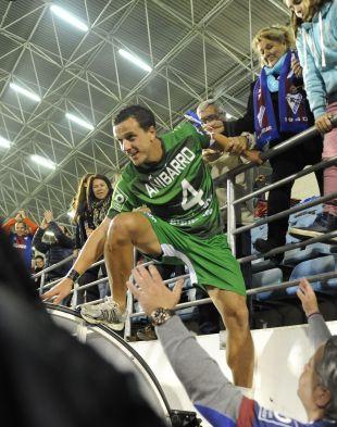 Añibarro celebrando el ascenso a la Liga BBVA con la afición del Eibar