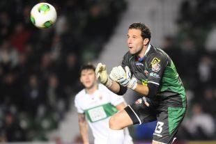 Toño, tras ser el portero menos goleado de la temporada 2003-2004, juega actualmente en el Rayo Vallecano