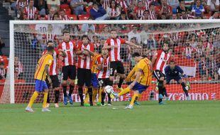 Messi pudo empatar al filo del descanso con un gran lanzamiento de falta, pero Iraizoz sacó una excelente mano