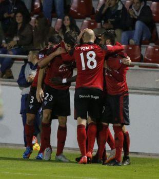 Los jugadores del CD Mirandés celebran uno de sus goles.