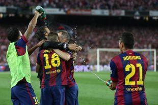 Luis Enrique abrazó a sus jugadores tras el pitido final