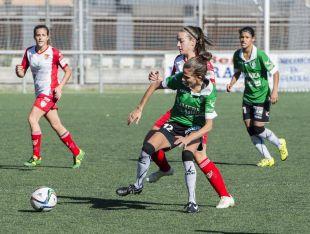 La disputa de un balón durante el partido entre el Oviedo Moderno y el Santa Teresa CD, en la Primera División Femenina.