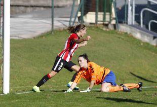 Moraza celebra el segundo de los cinco tantos que el Athletic Club femenino marcó al Fundación Albacete.