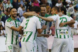 Los jugadores del Córdoba CF celebran un gol.