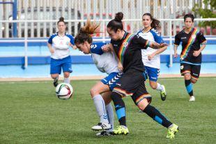 Un lance del juego en el partido entre el Transportes Alcaine y el Rayo Vallecano femenino.