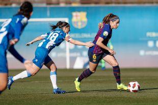 Vicky Losada se marca de dos rivales.