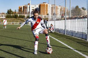 Camila Sáez controlando el balón.