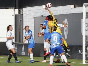 Chelsea despeja una ocasión del VCF Femenino.