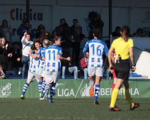 Las jugadoras del Sporting celebran el primer tanto.