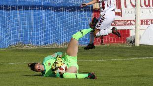 Sandra Paños atrapó el balón tras un ataque del Albacete.