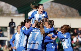 Las jugadoras del Málaga celebran el gol de Adriana.