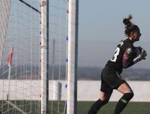 Noelia Gil tras atrapar el balón.
