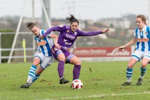 Cristina Martín-Prieto trata de llevarse la pelota.