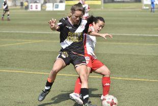Marta Perarnau trata de defender el balón.