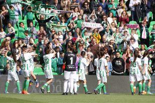 El Betis Féminas hizo historia. El conjunto verdiblanco disputó su primer partido en el Benito Villamarín.