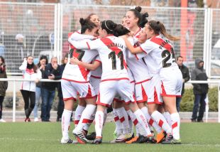 Las jugadoras del Rayo celebran el tanto marcado por Pilar.