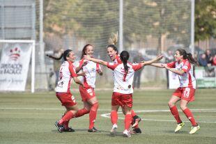 Abrazo de la plantilla a Estefa, que marcó el segundo gol ante el Rayo.